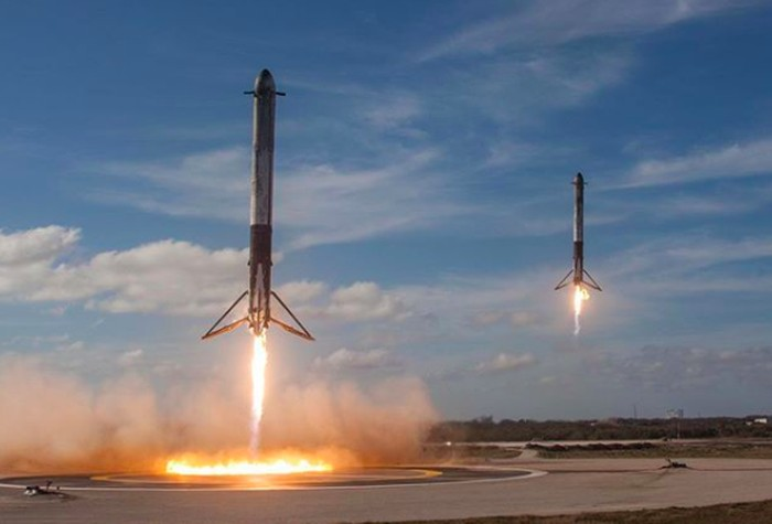 Booster roket Falcon Heavy milik SpaceX balik ke Bumi. Foto: Reuters