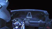 Starman mengendarai Tesla Roadster di luar angkasa.