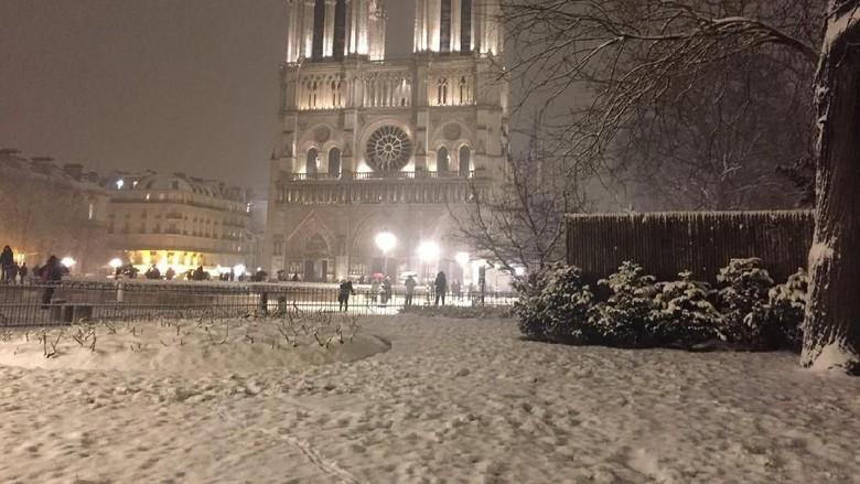 Hujan Salju Lebat Lumpuhkan Paris