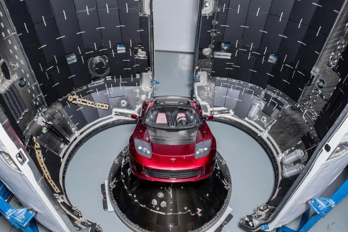 Tesla Roadster yang dibawa ke antariksa. Foto: Reuters