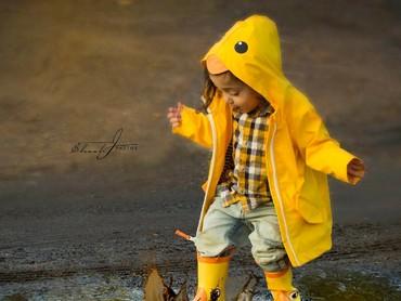 Ya ampun! Gemas banget sih, Nak, lihat kamu pakai boots dan mantel hujan bebek kayak gitu. (Foto: Instagram/ @shoshjphotos)