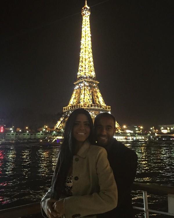Di dunia sepakbola, bolehlah kita menyebut pasangan Lucas Moura dan Larissa Saad ini sebagai Couple Goals! Selalu terlihat romantis dimanapun dan kapanpun. Setuju tidak? (Instagram/Larissa Saad)