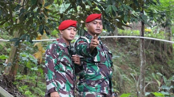 Praka Pujiono Prajurit Kopassus yang menemukan korban longsor pakai tenaga dalam (kanan). (Foto: dok. Istimewa)