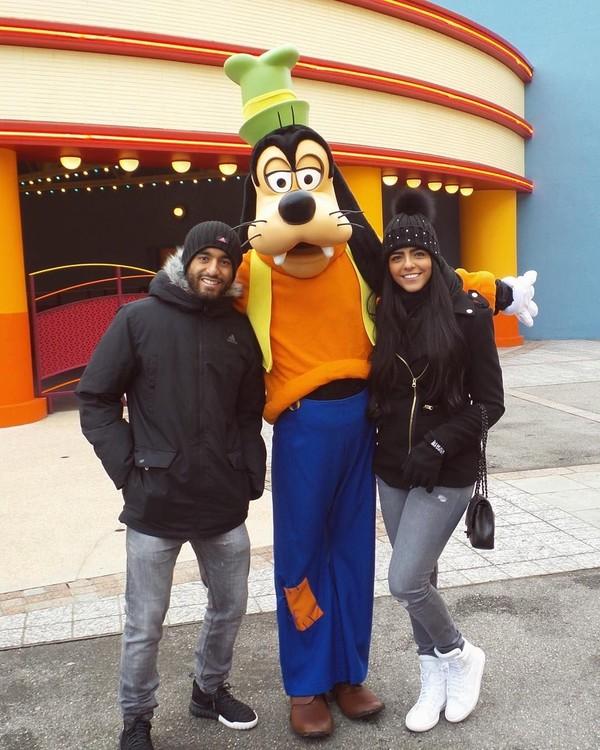 Saat masih berseragam PSG, keliling Paris sudah menjadi keseharian Lucas dan Larissa. Mereka pun asyik berfoto dengan tokoh kartun goofy di Disneyland, Paris. (Instagram/Larissa Saad)