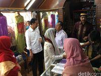 Presiden Jokowi dan Ibu Negara Iriana Jokowi saat membeli kain songket silungkang di Solok Sumbar, Kamis (8/2/2018)