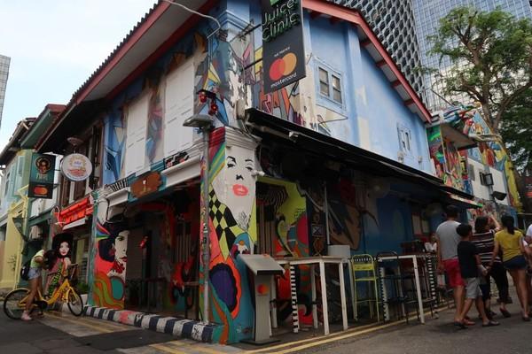 Di sekitar kawasan Kampong Glam tak hanya gerai-gerai Timur Tengah. Ada pula kawasan Haji Lane yang cantik dengan mural. (Bonauli/detikTravel)