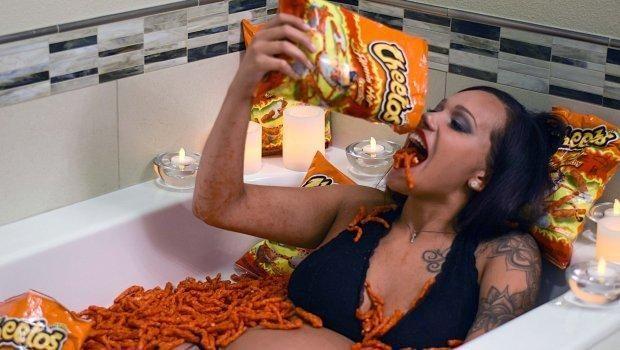 Pemotretan Kehamilan Paling Aneh, Wanita Ini Bermandi Cheetos