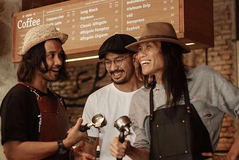 Chicco memerankan sosok barista Ben di film Filosofi Kopi. Ia bersama Rio Dewanto alias Joddy berkeliling Indonesia untuk memperkenalkan kopi tanah air. Foto: Instagram Chicco Jerikho