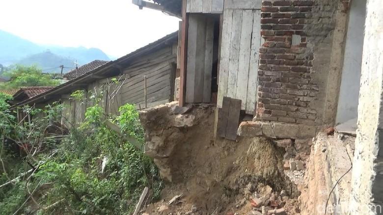 Tanah Gerak di Pemukiman, Puluhan Warga di Banjarnegara Mengungsi