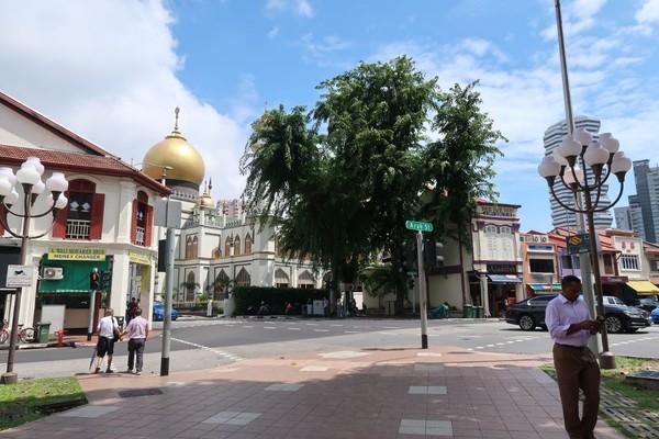 Singapura punya wisata halal yang berada di Kampong Glam. Di sepanjang jalan banyak pernak-pernik, makanan dan suasana kental khas Timur tengah. (Bonauli/detikTravel)