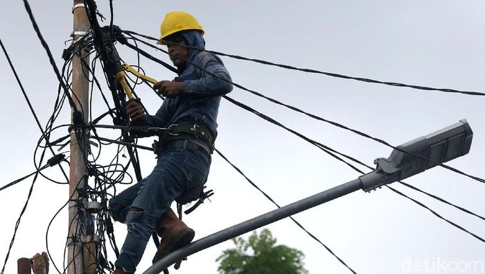 Petugas PLN melakukan perbaikan kabel listrik di kawasan Manggarai, Jakarta. Hal itu dilakukan karena beberapa jaringan listrik masih bermasalah.