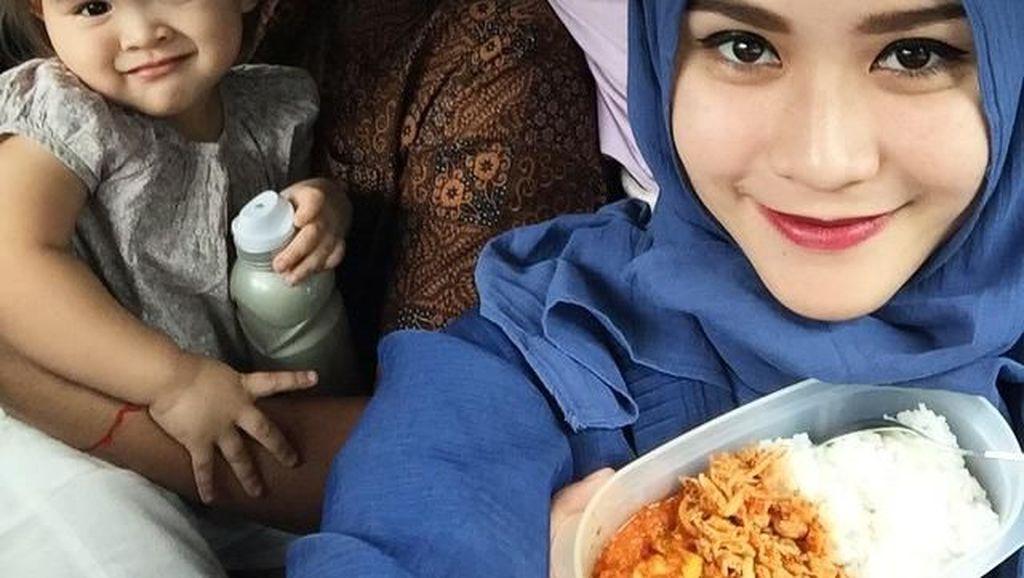 Dimasakin Hanung Bramantyo dan Makan Bareng Putrinya, Bikin Zaskia Mecca Bahagia!