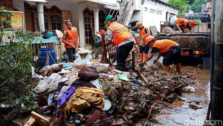 Petugas Angkut Sampah Akibat Banjir di Rawajati Jaksel