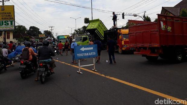 Rambu petunjuk pengalihan arus di Jalan Raya Magelang-Yogya.