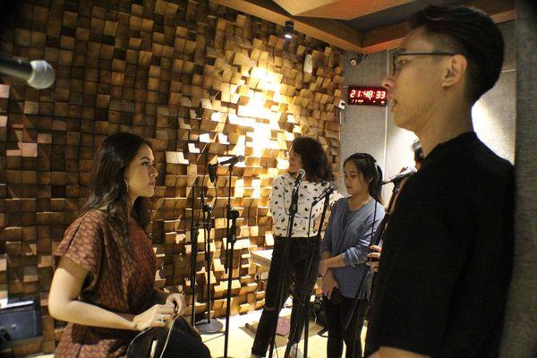 Begini Seriusnya Raisa Latihan di Studio Musik