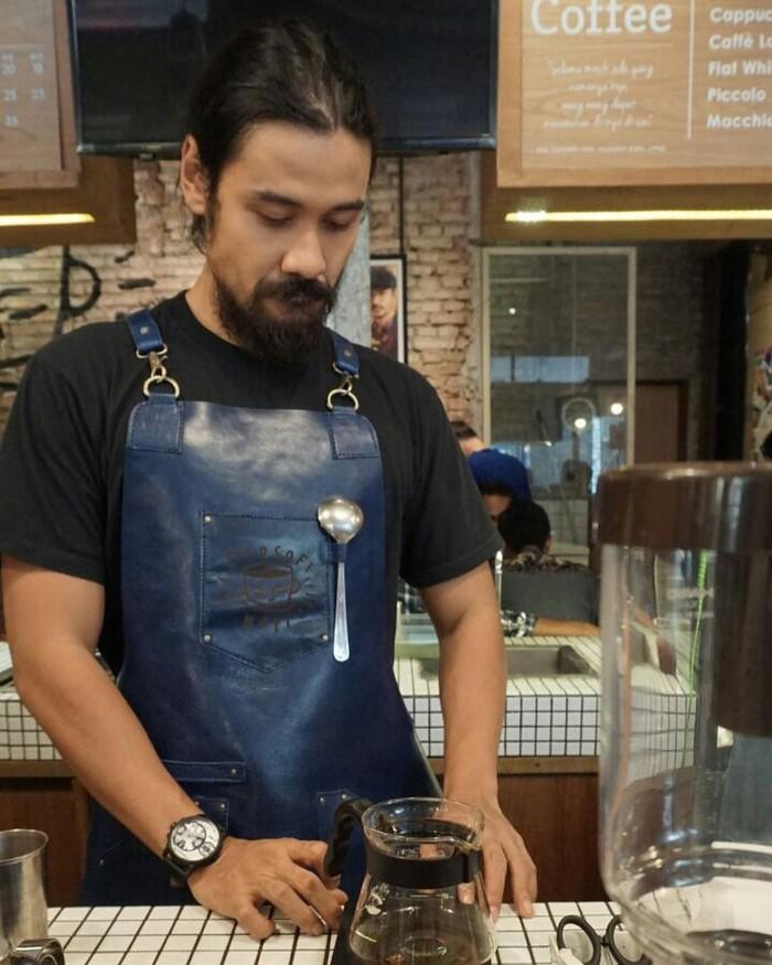 Saat tak sibuk, pria 33 tahun ini kerap mampir ke Filosofi Kopi di Melawai. Chicco nggak malu lho terjun langsung melayani pembeli. Foto: Instagram Chicco Jerikho