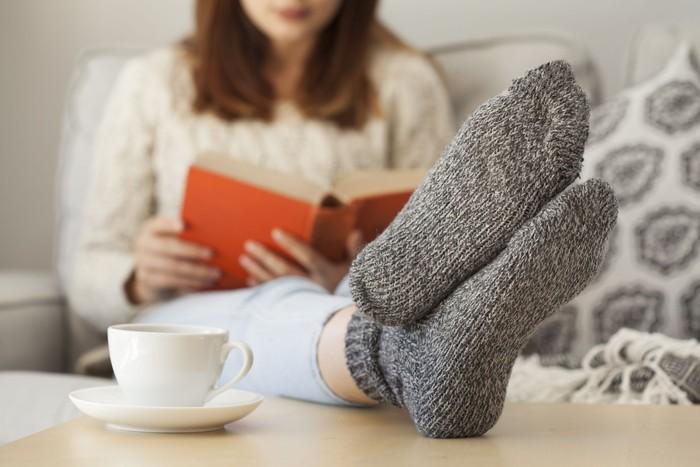 Gunakan kaos kaki untuk melindungi bagian ekstremitas, atau bagian tubuh paling jauh dari jantung. Bagian ini biasanya paling sensitif terhadap hawa dingin. Foto: Thinkstock