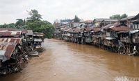 Deretan rumah semi permanen berjejer di bantaran Kali Ciliwung di Kawasan Manggarai, Jakarta. Foto diambil Kamis (8/2)