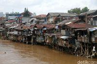 Deretan rumah semi permanen berjejer di bantaran Kali Ciliwung di Kawasan Manggarai, Jakarta.