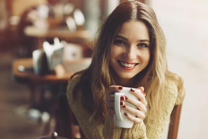 Minuman hangat cukup efektif membantu menangkal cuaca dingin dari dalam tubuh. Teh atau kopi, sesuaikan saja dengan selera. Foto: Thinkstock