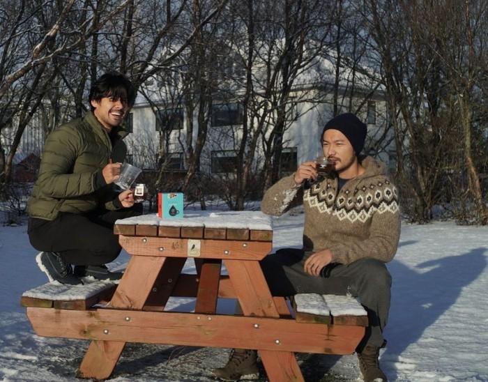 Chicco Jerikho memang dikenal sebagai pennggemar berat kopi. Tak hanya di Indonesia, saat plesir ke Iceland Chicco dan Rio asyik menyeruput kopi. Foto: Instagram Chicco Jerikho