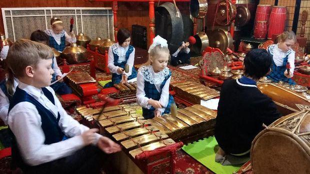 Siswa-siswi SD Musik Star City, Moskow berlatih gamelan di KBRI Moskow
