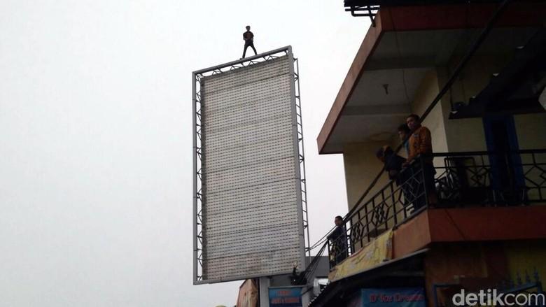Putus Cinta Penyebab Pria Sukabumi Nekat Panjat Billboard