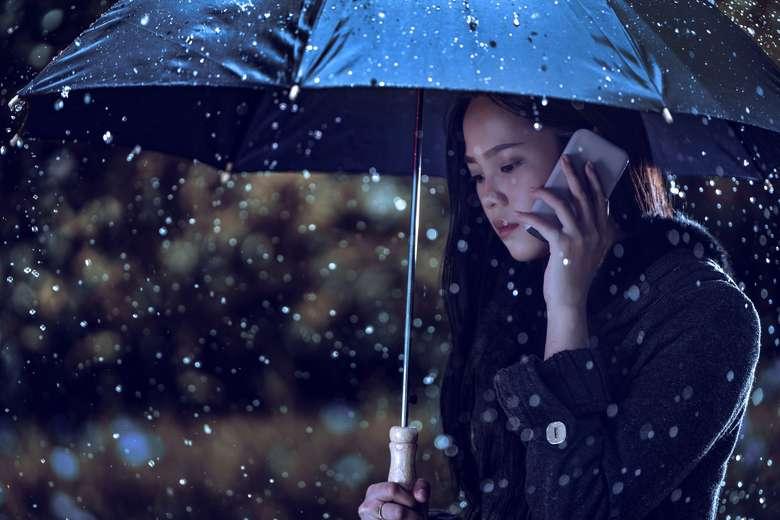 Cara pertama adalah jangan sampai basah. Jika terjebak hujan, pastikan sudah sedia payung atau jas hujan. Foto: Thinkstock