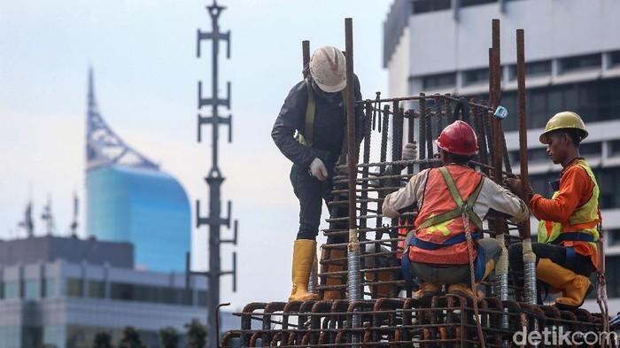 Para pekerja menyelesaikan proyek LRT di Jl Rasuna Said, Jakarta, beberapa waktu lalu. Diharapkan pertumbuhan ekonomi Indonesia terus membaik pada tahun 2018 seiring pertumbuhan ekonomi dunia yang menggembirakan.