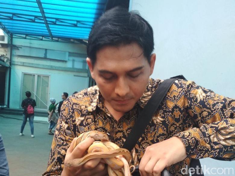 Takut Telat, Lucky Hakim Naik Ojek dan Bawa Ular dengan Tas Selempang