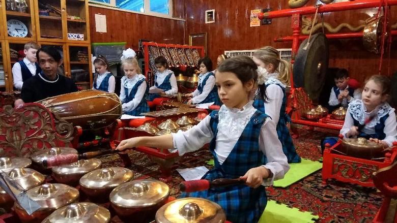 Saat Anak-anak Rusia Belajar Mainkan Gamelan