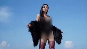 Gaya Denada Pamer Foto Seksi dengan Lingerie