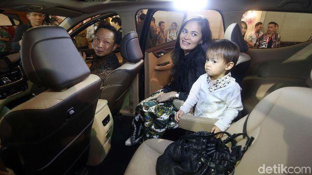 Ringgo Agus Rahman dan keluarga mengikuti peluncuran Wuling Cortez