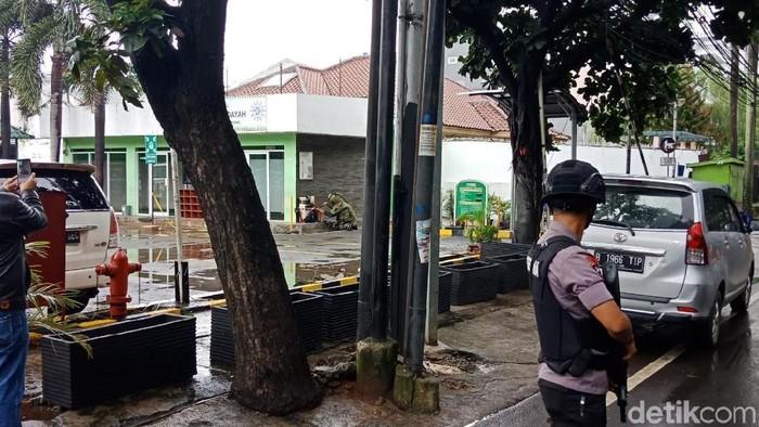 Tim Gegana saat mengecek kardus mencurigakan di area RS Muhammadiyah Taman Puring, Jaksel, Kamis (8/2/2018) Foto: Kanavino Ahmad Rizqo-detikcom