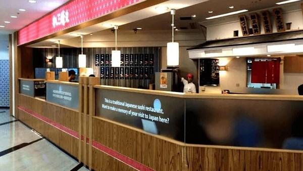 Di peringkat 1, ada Bandara Internasional Narita di Jepang. Rumah makan bandara Sushiden yang menawarkan suasana tradisional Jepang dan aneka pilihan makanan khas Negeri Sakura didapuk jadi yang terbaik (Sushiden)