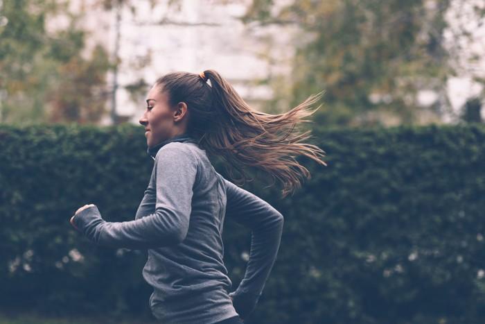 Jika memungkinkan, lakukan gerakan-gerakan olahraga ringan. Foto: Thinkstock