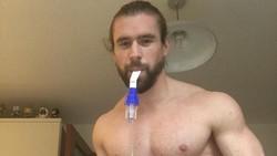 Karena gangguan paru-paru, pengidap cystic fibrosis biasanya sulit untuk berolahraga. Namun pria ini membuktikan dia bisa bugar meski tubuhnya harus berjibaku.