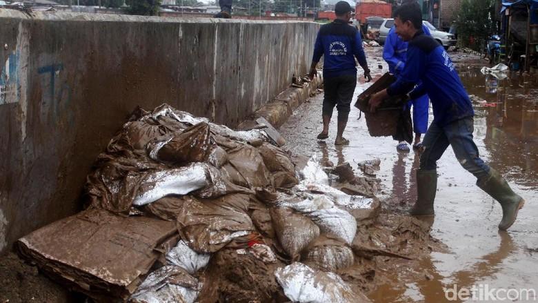 Semangat Petugas yang Tak Kenal Lelah Bersihkan Sampah Banjir