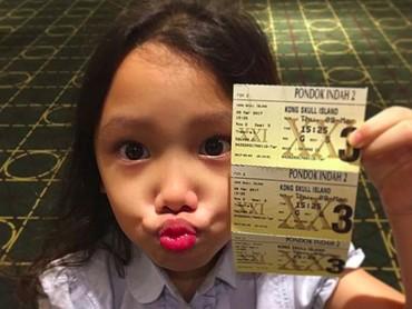 Foto sama tiket nonton bioskop, gaya usil-nya Jenaka nggak ketinggalan. (Foto: Instagram/ @jenaka_sudiro)