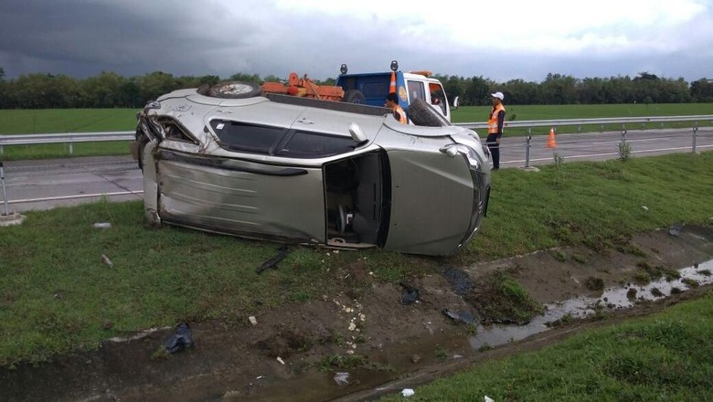 Sebuah SUV Terguling di Tol Mojokerto Karena Selip, 3 Orang Luka