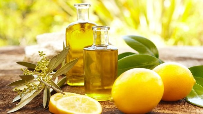 Lemon termasuk dalam keluarga buah sitrus yang kaya akan kandungan vitamin C.  Foto: Istock