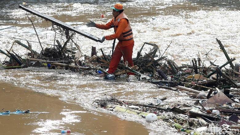 Nyemplung Kali Ciliwung, Pasukan Oranye Bersihkan Tumpukan Sampah