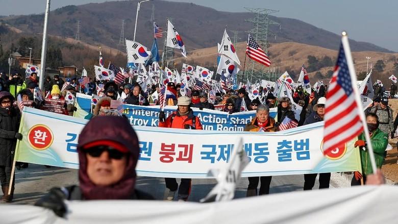 Foto Kim Jong Un Dirobek Saat Demo Anti Korut di Korsel