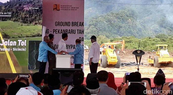 Jokowi yang mengenakan kemeja putih menekan tombol untuk menandakan pengerjaan tol tersebut dimulai, Jumat (9/2/2018).