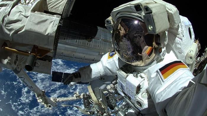 Potret seorang astronot ketika sedang melakukan spacewalk. Foto: Getty Images