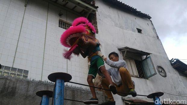 Salah satu tim Barongsai di Semarang, Koi Suci sedang latihan.