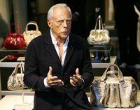 Desainer Giorgio Armani di butiknya.