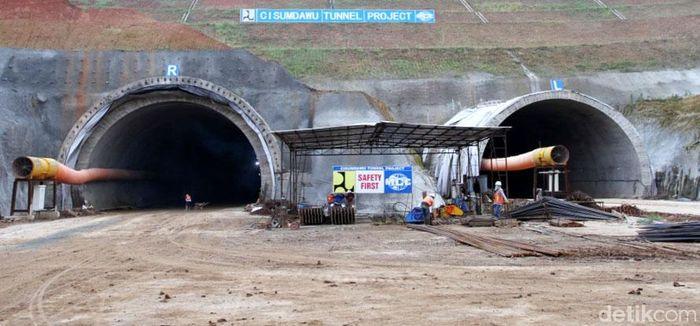 Begini penampakan terkini pembangunan Tol Cisumdawu yang menembus bukit di kawasan Sumedang, Jawa Barat.