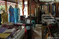 Namun selain menjual kain songket Silungkang, ada juga berbagai pernak-pernik lain seperti peci, baju bahan, tas sampai pigura dengan harga yang juga beragam (Randy/detikTravel)