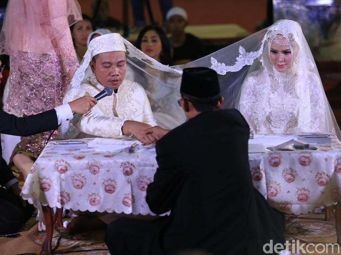 Anggunnya Gaun Pengantin Hijab Angel Lelga Saat Akad Nikah